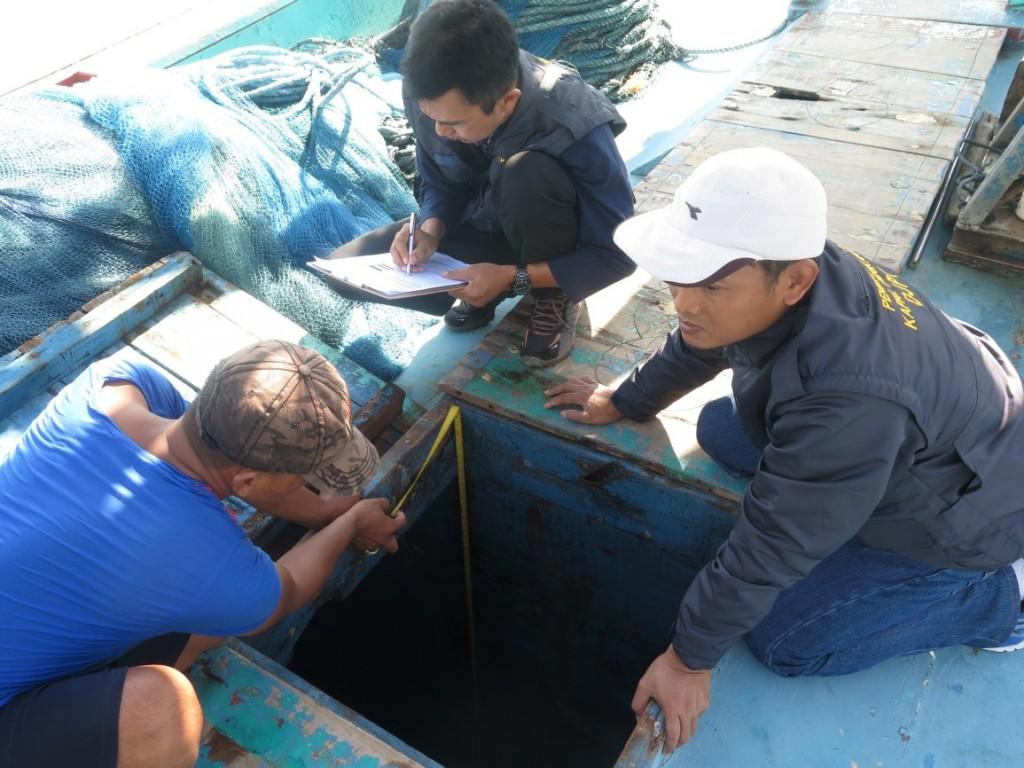 Proses pemeriksaan kapal oleh petugas